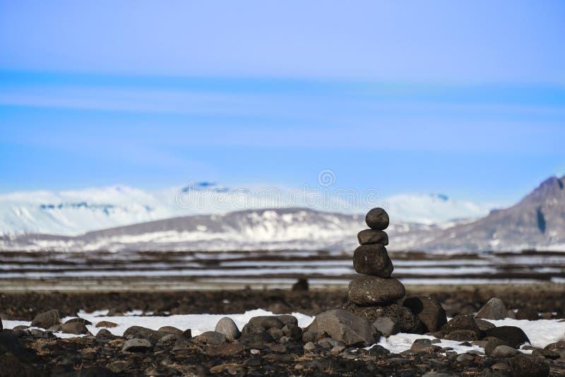 Equilíbrio empilhado pedra em fundos da paisagem do inverno imagens de stock royalty free