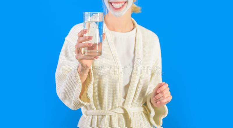 Equil?brio de ?gua Vidro da posse do roupão da mulher da água Hábito da manhã para beber a água Conceito dos cuidados m?dicos Est imagem de stock royalty free