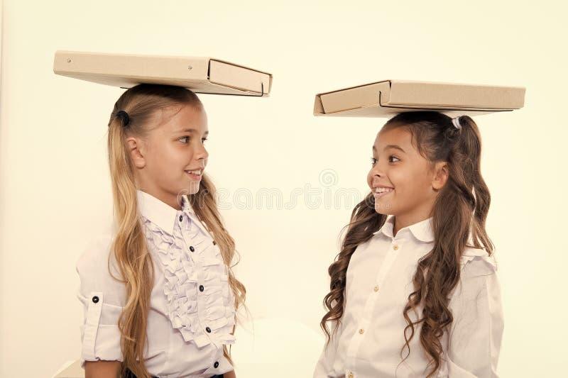 Equil?brio do achado As estudantes com penteado bonito das caudas de p?nei levam dobradores nas cabe?as Estudantes perfeitas com  foto de stock royalty free