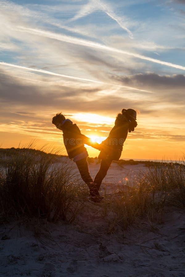 Equilibrando al tramonto fotografia stock libera da diritti