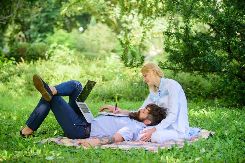 Equilibre autônomo e a vida familiar Portátil do trabalho do homem e da menina Construa o negócio com seu esposo Acople no amor o foto de stock