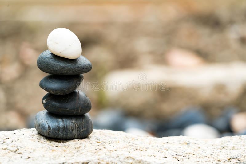 Equilibre la pila de piedra, la diferencia siempre excepcional y ponga el top, piedra, balanza, roca, concepto pacífico fotos de archivo