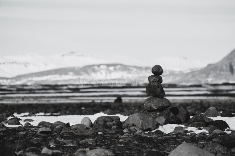 Equilibre pedras, pedra empilhada, preto e branco do zen tonificado imagens de stock royalty free