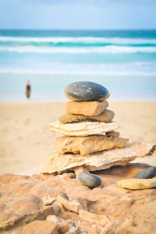 Equilibre su concepto de la vida con la mujer en la playa fotografía de archivo