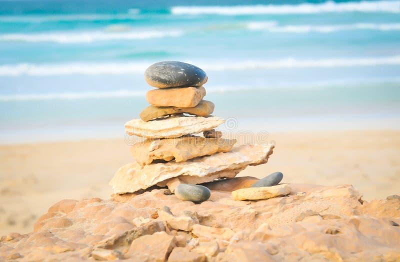 Equilibri il vostro concetto di vita con i ciottoli fotografia stock