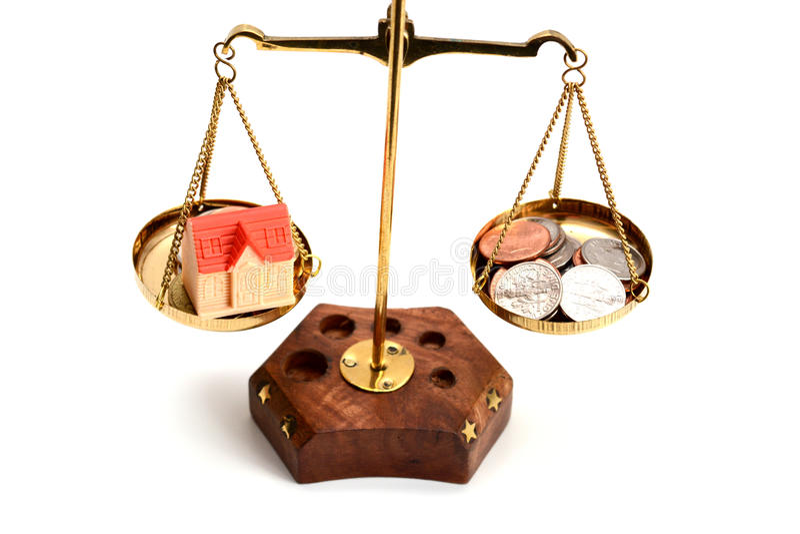 Equilibri il vostro concetto di vita con i soldi di ponderazione della scala e l'isolato di vita familiare su fondo bianco fotografia stock