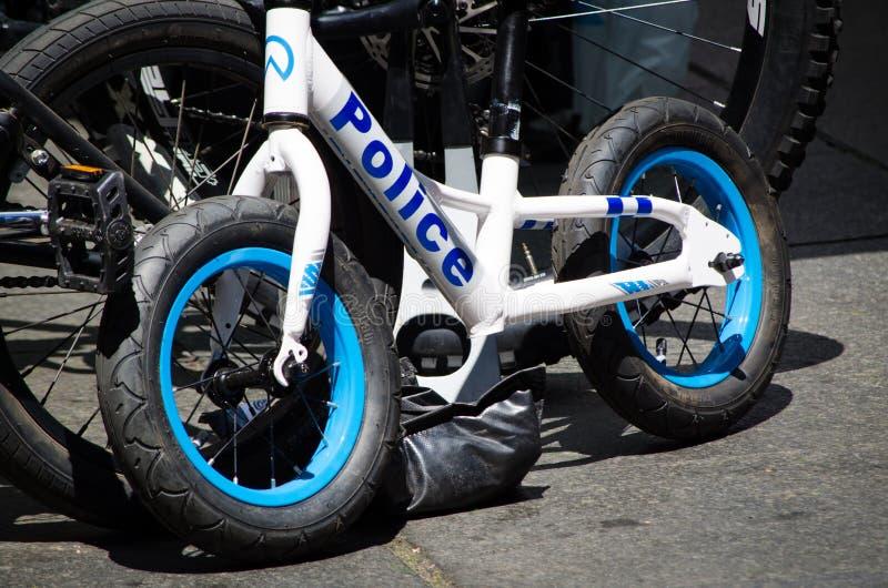 Equilibri la bici per i bambini con il logo della forza di polizia sulla sua struttura in caso di Sydney Rides Festival a Martin  fotografie stock libere da diritti