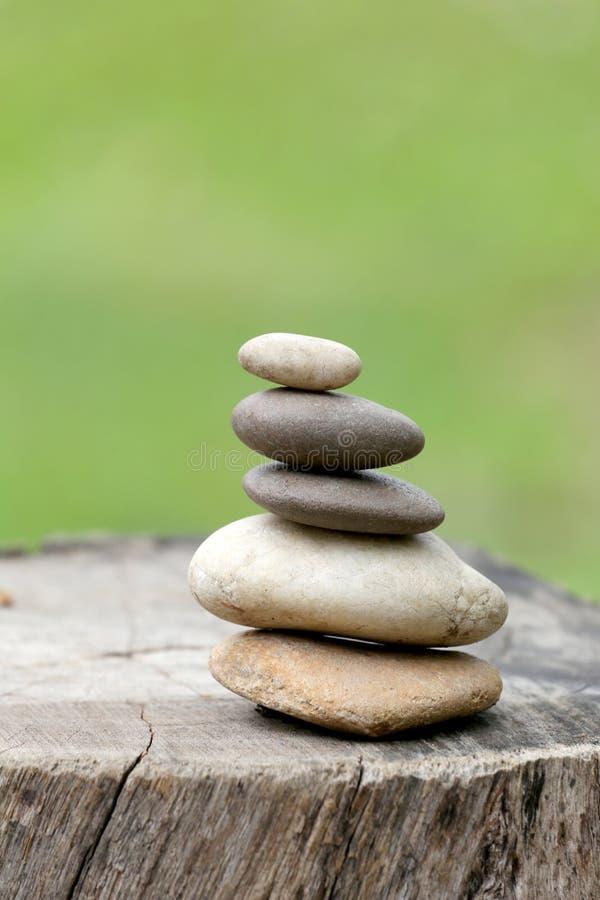 Equilibri le pietre impilate alla piramide nei precedenti verdi molli fotografie stock libere da diritti