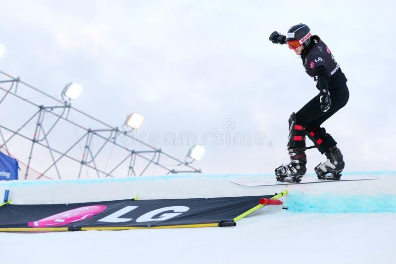 Equilibri non identificati del concorrente della donna sullo snowboard fotografia stock