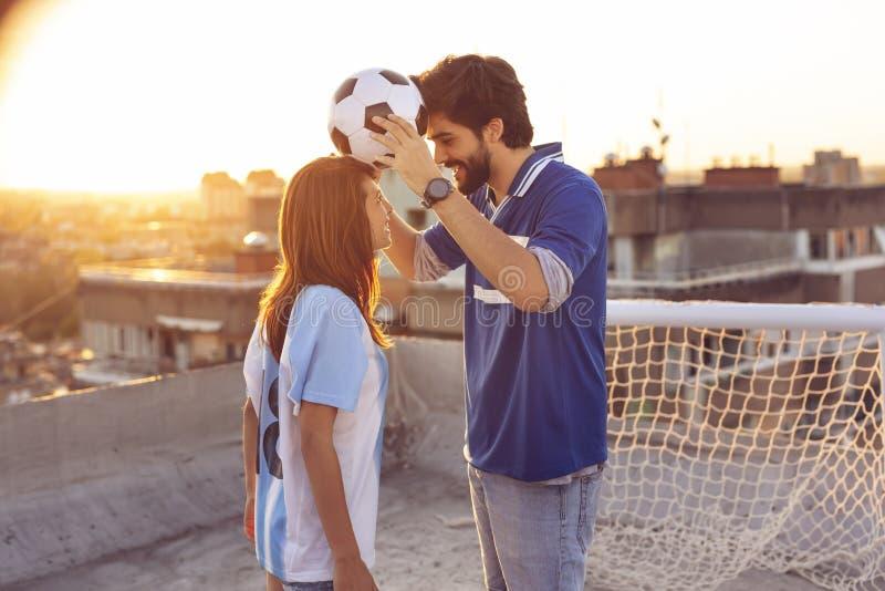 Equilibrio con un fútbol fotos de archivo libres de regalías