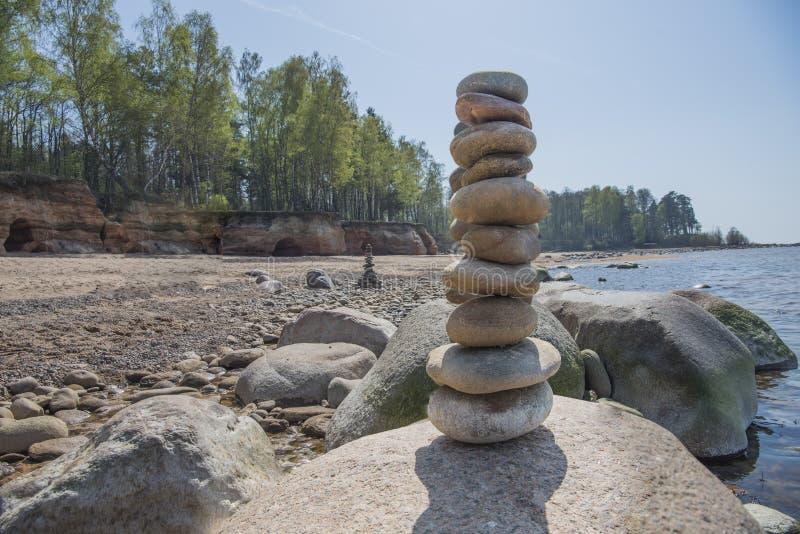 Equilibrio de piedras en la playa Lugar en las costas de Letonia llamado klintis Veczemju foto de archivo libre de regalías