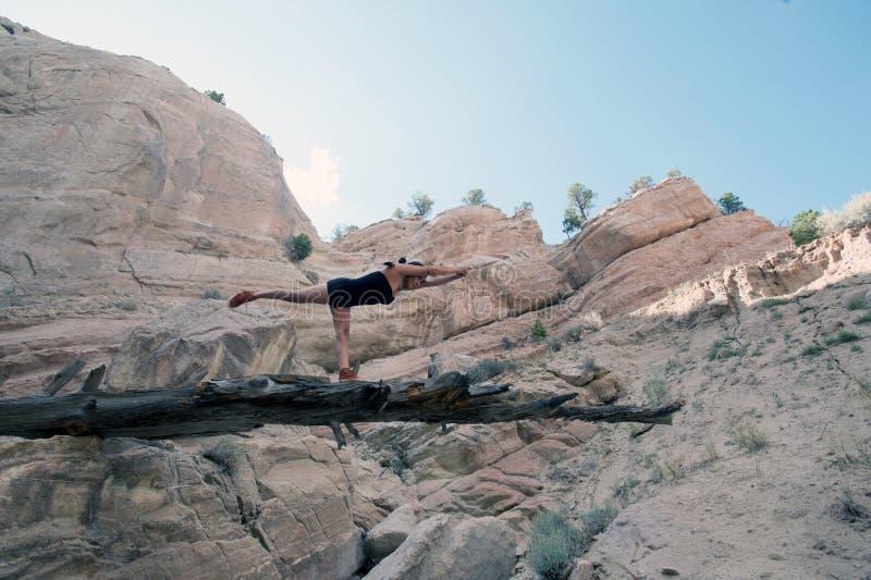 Equilibrio del guerriero della donna di yoga del nativo americano immagine stock