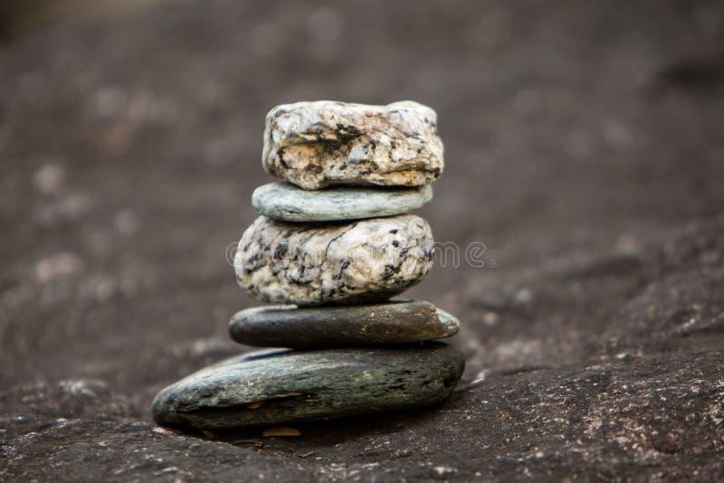 Equilibrio della roccia che simbolico a pratica spirituale fotografie stock