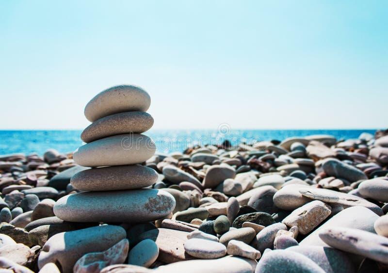Equilibrio delle pietre contro lo sfondo del mare fotografia stock libera da diritti