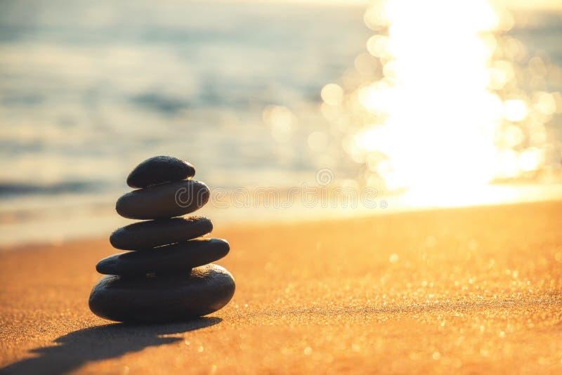 Equilibrio delle pietre sulla spiaggia, colpo di alba Zen Meditation immagini stock