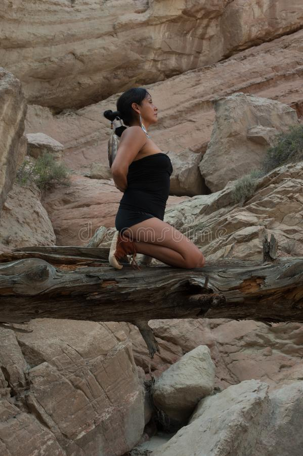 Equilibrio di preghiera della donna di yoga del nativo americano fotografia stock libera da diritti