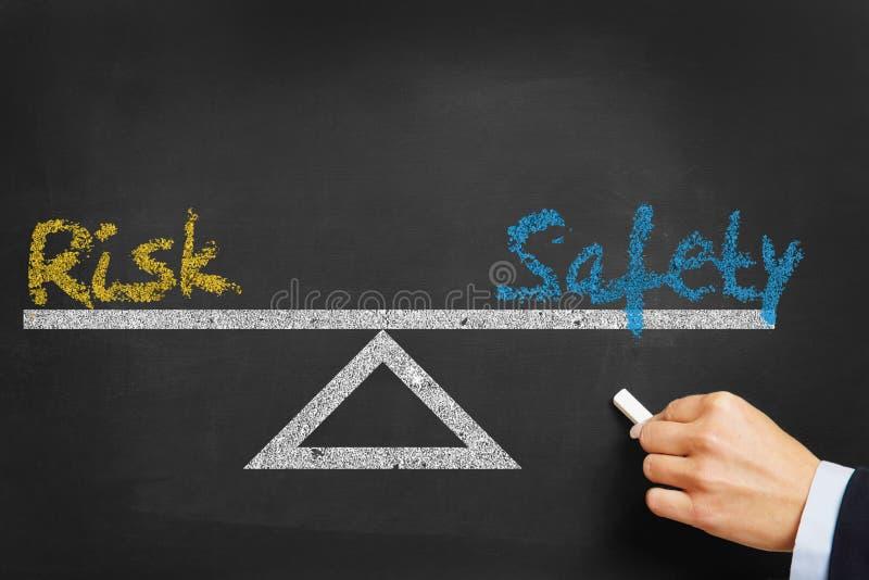 Equilibrio di sicurezza di sicurezza e di rischio fotografie stock libere da diritti