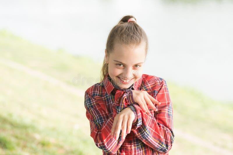 Equilibrio di vita Umore pacifico Piccolo bambino sveglio della ragazza godere della pace e della tranquillit? alla riva del fium fotografia stock libera da diritti