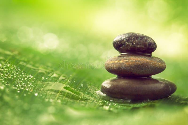 Equilibrio e gocce di acqua delle pietre immagini stock libere da diritti
