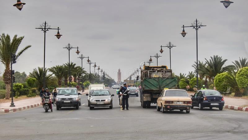 Equilibrio nel traffico, moschea Koutoubia immagine stock libera da diritti