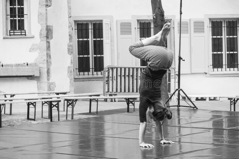 Equilibrio su riscaldamento delle mani di Julie Tavert al ` del respiro del ` di prestazione di dancing nella via di Mulhouse dur fotografie stock libere da diritti