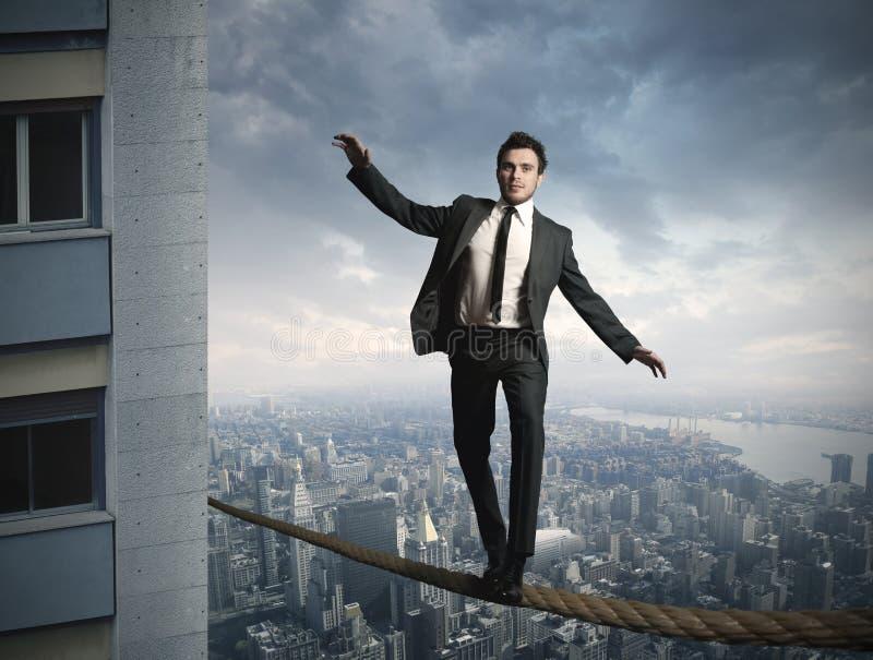 Equilibrist businessma royaltyfri bild