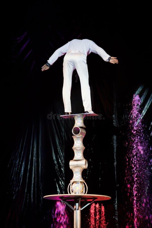 Equilibrist equilibra abile in circo fotografia stock libera da diritti