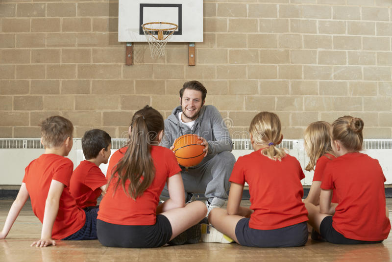 Equipa de basquetebol de Giving Team Talk To Elementary School do treinador imagem de stock royalty free