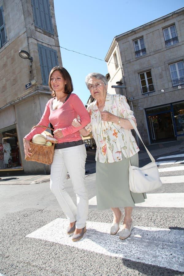 Equipa de tratamento Home com a pessoa idosa na cidade fotografia de stock royalty free