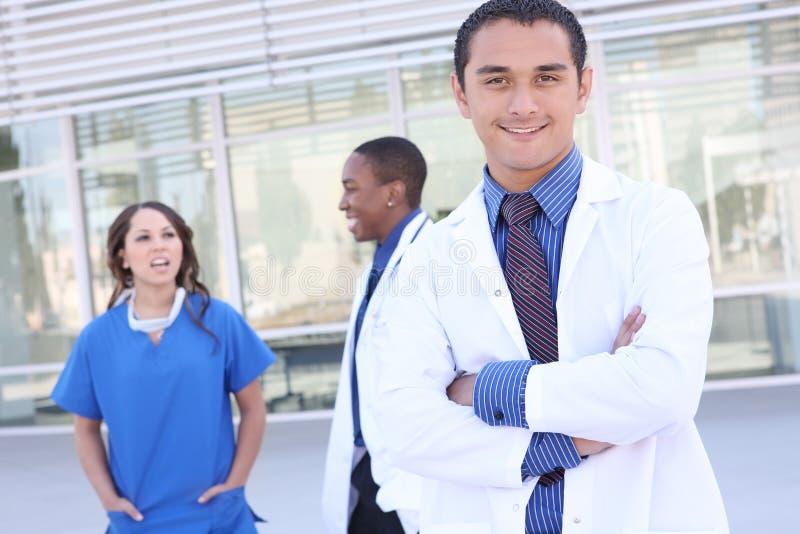 Equipa médica bem sucedida feliz foto de stock