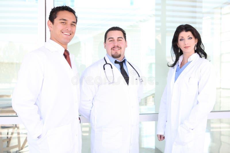 Equipa médica bem sucedida feliz foto de stock royalty free