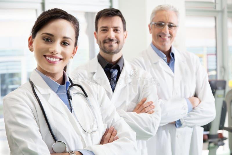 Equipa médica bem sucedida feliz em um hospital fotografia de stock
