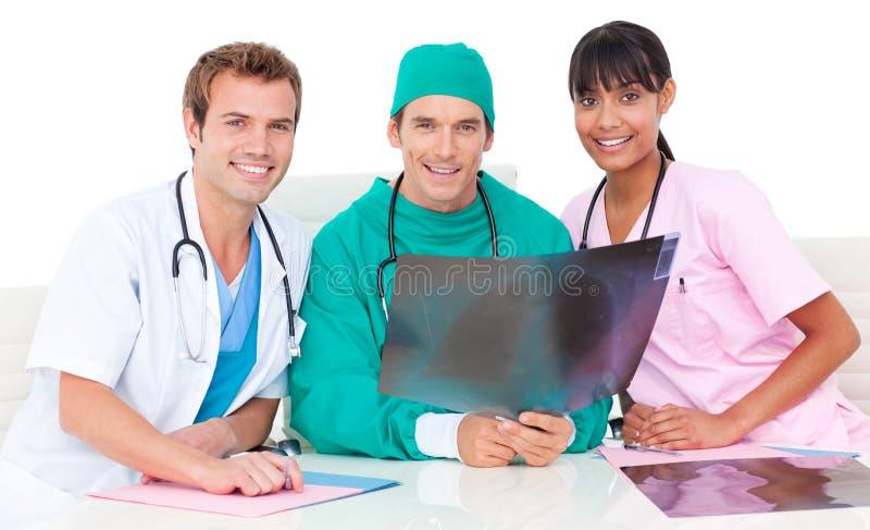 Download Equipa Médica De Sorriso Que Olha O Raio X Imagem de Stock - Imagem de doutores, doutor: 12813957