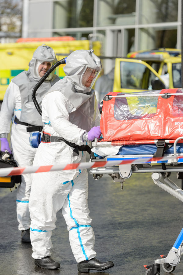 Equipa médica do Biohazard com maca fotografia de stock royalty free