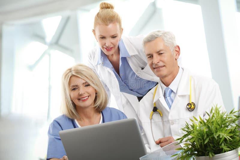 Equipa médica no hospital imagem de stock royalty free
