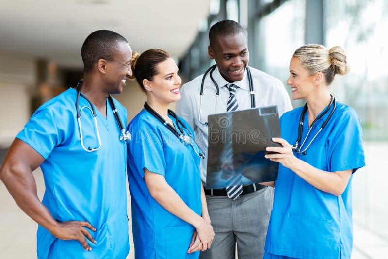 Equipa médica que trabalha junto fotografia de stock royalty free