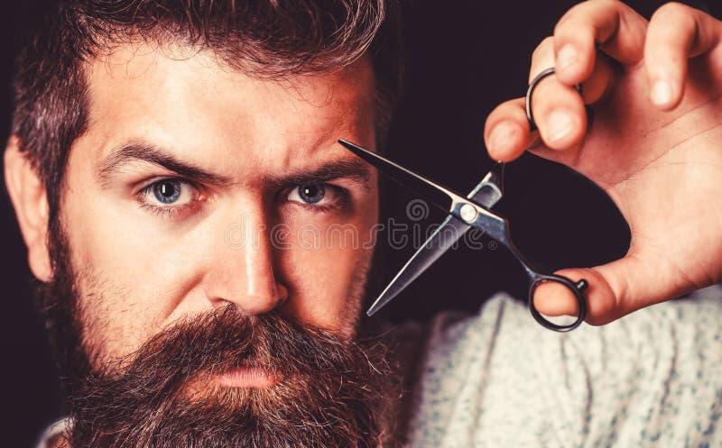 Equipa o corte de cabelo na barbearia Tesouras do barbeiro, barbearia Homem brutal, moderno com bigode Homem no barbeiro imagens de stock royalty free