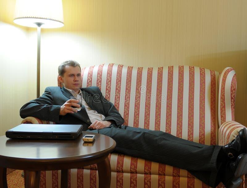 Equipaggi avere bevanda sul sofà fotografie stock libere da diritti