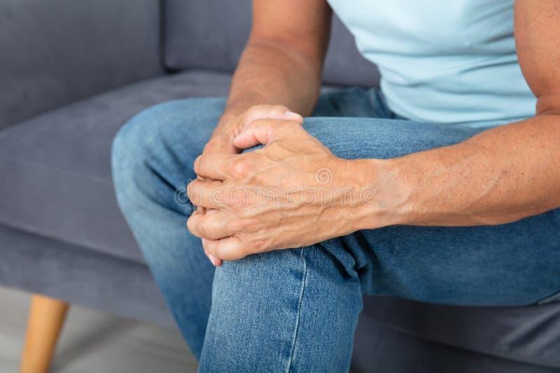 Equipaggi avere dolore del ginocchio immagine stock