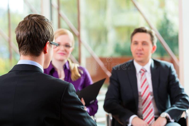 Equipaggi avere un'intervista con il job di occupazione del partner e del gestore fotografia stock libera da diritti