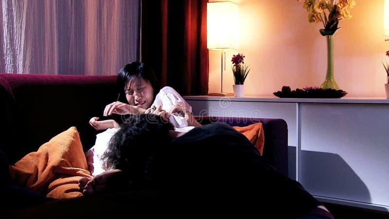 Equipaggi chiedere il perdono a gridare asiatico della moglie archivi video