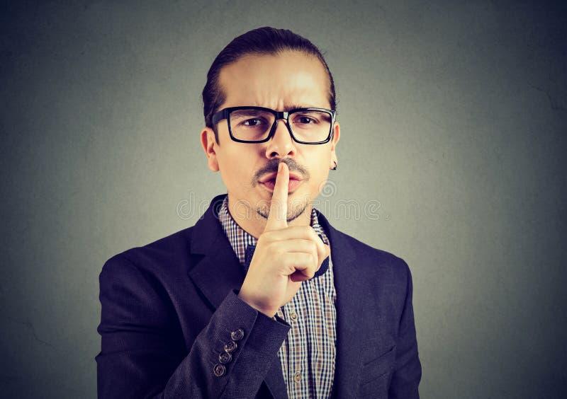 Equipaggi chiedere il silenzio con il dito sul gesto delle labbra fotografia stock libera da diritti