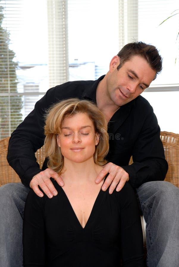 Equipaggi dare un massaggio immagini stock libere da diritti