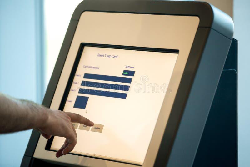 Equipaggi fare la auto-registrazione per il volo, fine su immagini stock libere da diritti