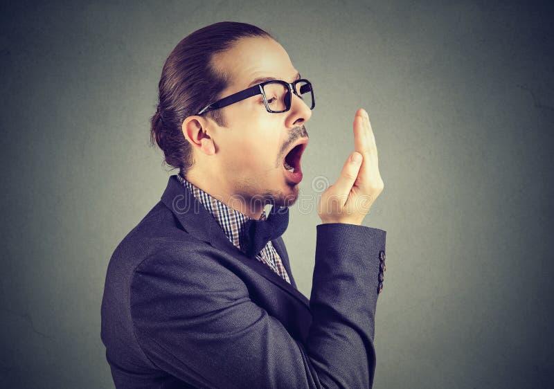 Equipaggi il controllo del suo respiro con il gesto della prova della mano immagini stock