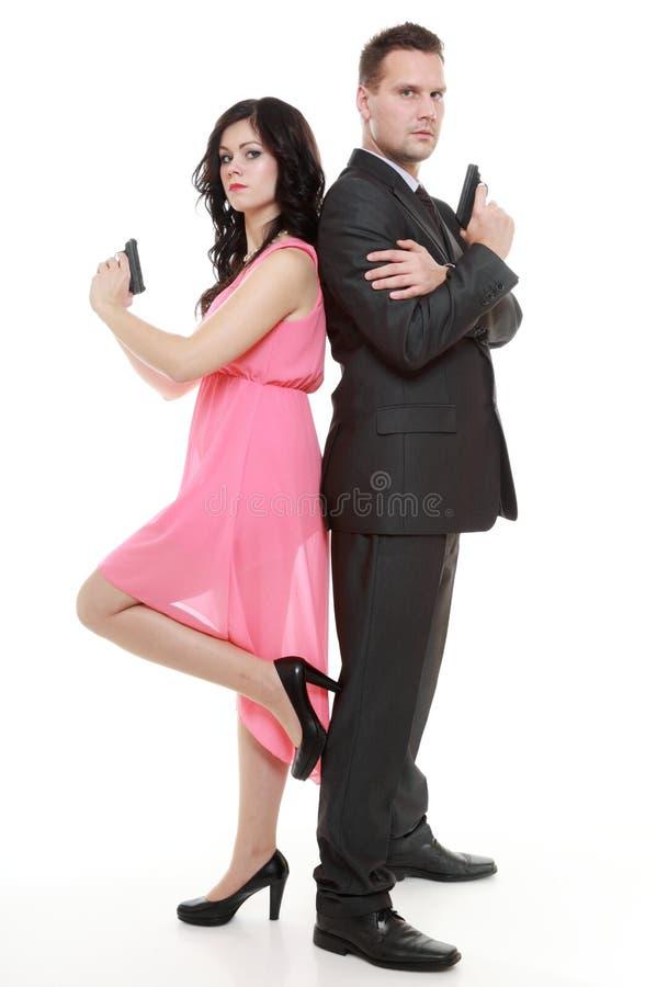 Equipaggi il criminale e la donna dell'agente segreto dell'agente investigativo con la pistola immagini stock