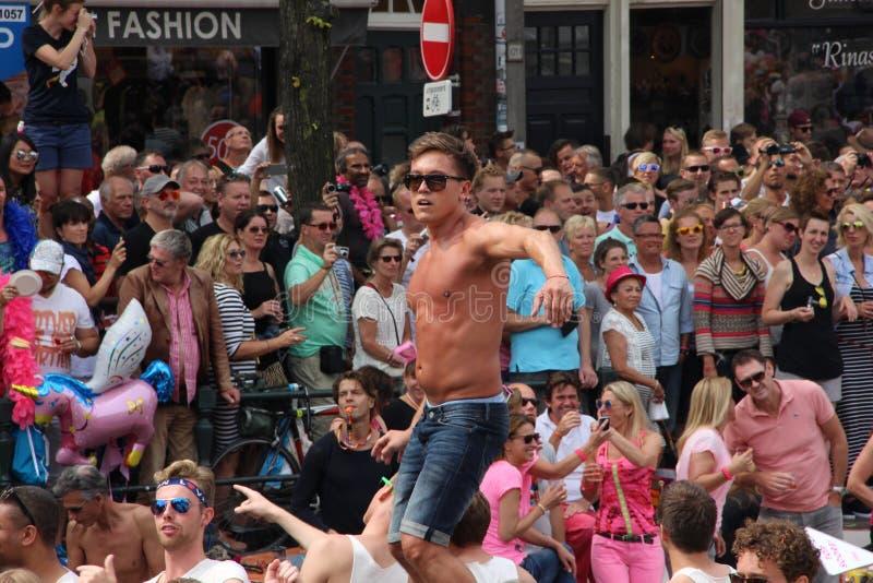Equipaggi il dancing sulla barca durante la parata del canale di gay pride di Amsterdam fotografia stock