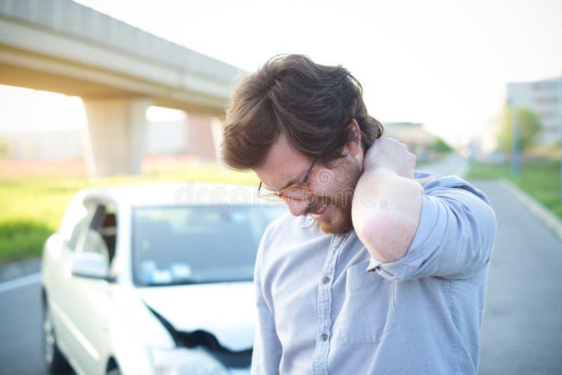 Equipaggi il dolore di sensibilità al collo dopo l'incidente stradale fotografie stock libere da diritti