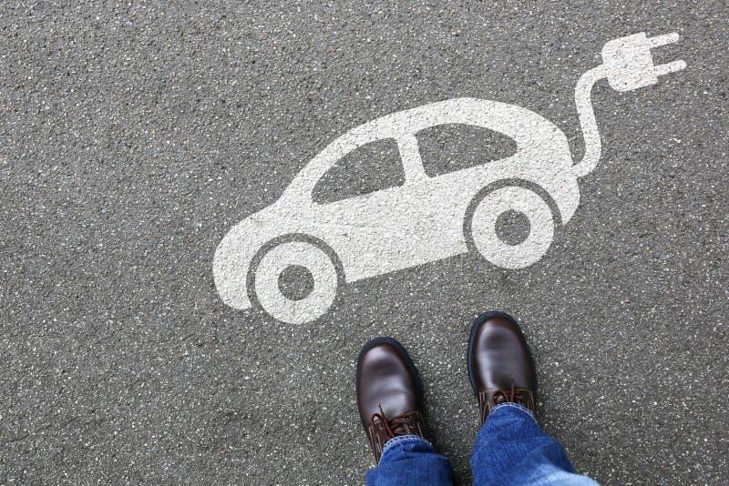 Equipaggi il eco di traffico stradale della via del veicolo dell'automobile elettrica della gente amichevole fotografia stock
