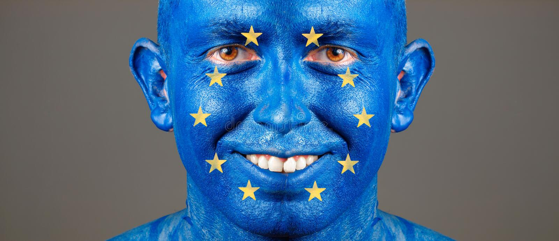 Equipaggi il fronte dipinto con la bandiera di Unione Europea immagine stock